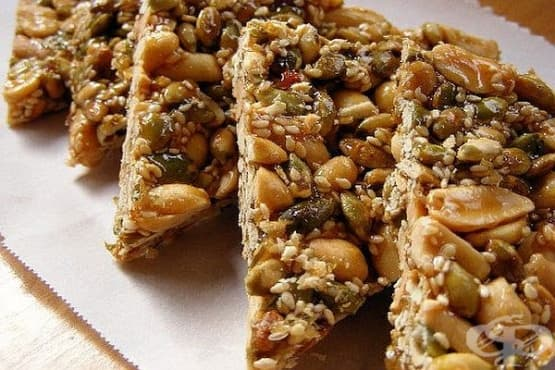 Медени фъстъковки с тиквени и сусамови семена - изображение