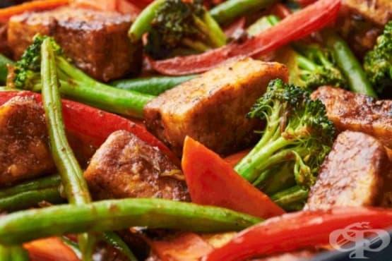 Пържено мариновано тофу със зеленчуци - изображение
