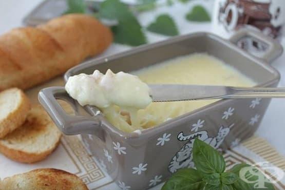Домашно топено сирене с парченца бекон - изображение