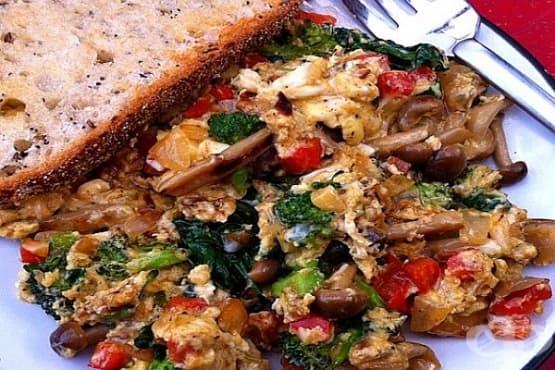 Топла зеленчукова салата с омлет и гъби - изображение