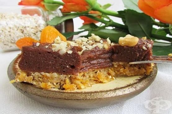 Торта без печене от овесени ядки и бисквити с плодове, какао и орехи - изображение