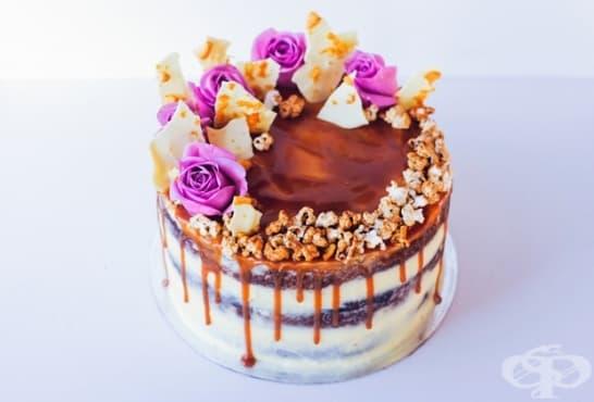 Какаова торта с бананов крем, карамел и пуканки - изображение