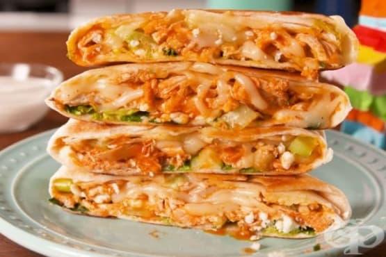 Тортила с пилешко месо, зеленчуци и сирена - изображение
