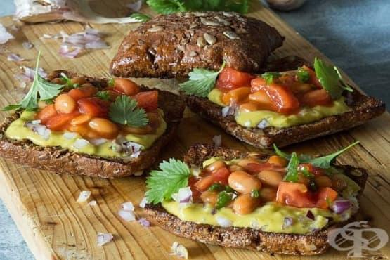 Тостери с гуакамоле и бял боб - изображение