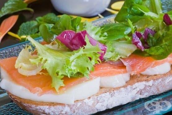 Пълнозърнести тостери със сьомга, зеленчуци и яйчен белтък - изображение