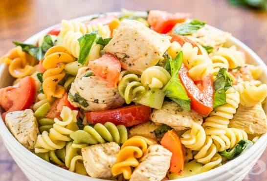 Трицветна макаронена салата с пиле и зеленчуци - изображение