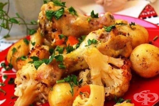 Цветно зеле с картофи, пилешко и чесън в ръкав - изображение