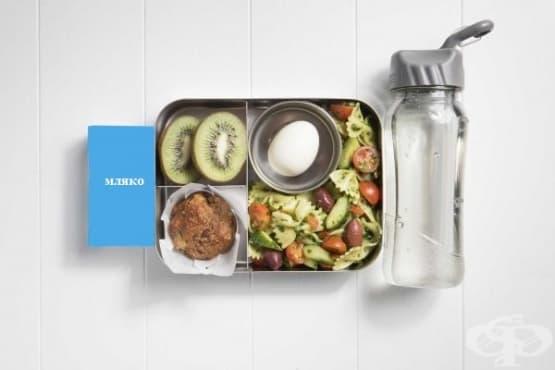 Обяд за училище: макарони с домати и песто от кейл, яйце, киви, кексче, кисело мляко и вода - изображение