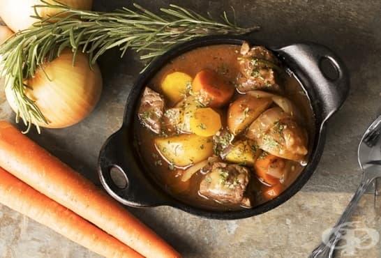 Винена яхния с телешко, розмарин и зеленчуци - изображение