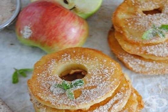 Панирани ябълкови кръгчета в палачинково тесто с канела и пудра захар - изображение
