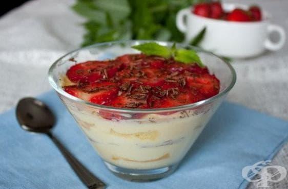 Ягодов десерт с маскарпоне и бисквити - изображение
