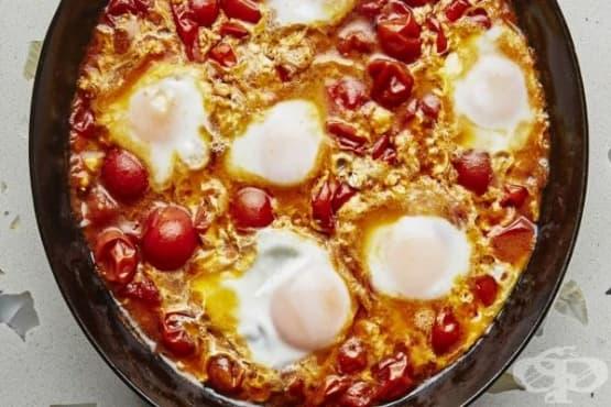 Яйца на тиган с домати и манголд - изображение