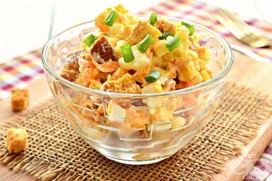 Яйчена салата с чесън, лук и крутони - изображение