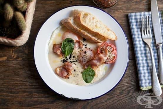 Яйца карбонара (с пет сирена, бекон и домати) - изображение