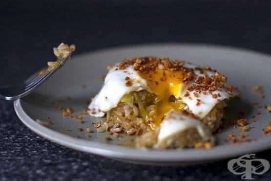 Яйца с праз, ориз, фъстъчено масло и чесън - изображение