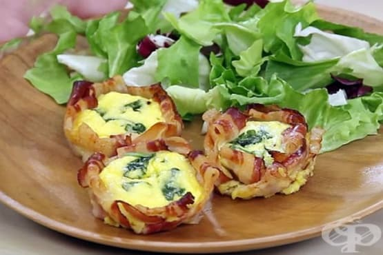 Яйца със сметана и пармезан в кошнички от бекон - изображение