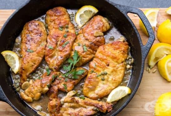 Задушено пилешко филе с бяло вино, лимони и каперси - изображение