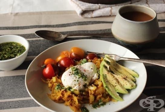 Зеле с лимони, поширано яйце и авокадо - изображение