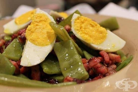 Зелен фасул с бекон и сварени яйца - изображение