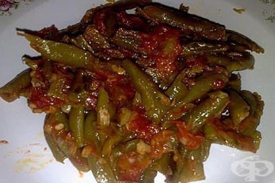 Задушен зелен фасул с лук, домати и риган - изображение