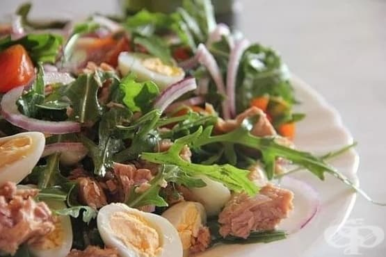 Зелена салата с пилешко филе, печурки и картофи - изображение
