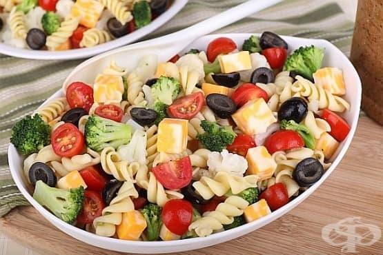 Зеленчукова салата с макарони и маслини - изображение