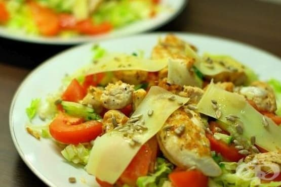 Зеленчукова салата с пилешко филе, кашкавал и меден дресинг - изображение