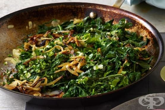 Пържен лук със зелено листни зеленчуци - изображение