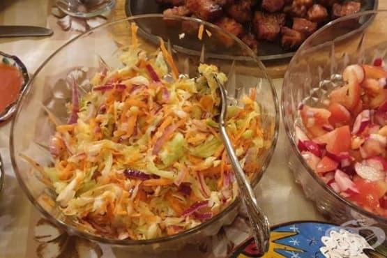 Зелева салата с моркови и червен лук (Куртидо) - изображение