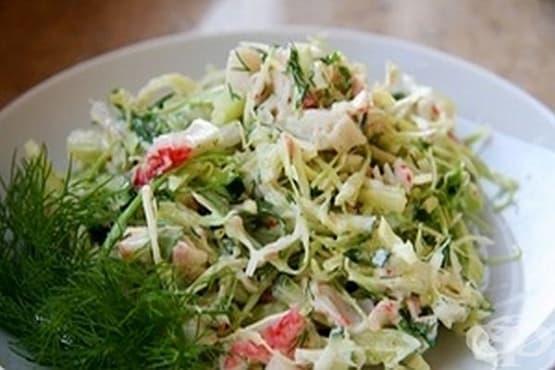 Зелева салата с рулца от раци и царевица - изображение