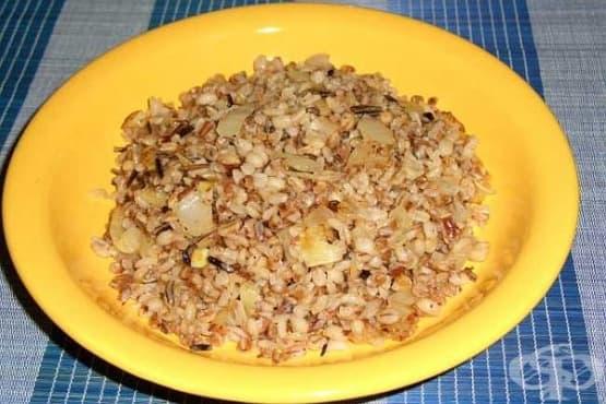 Микс от елда, ориз и ечемик със запържен лук - изображение