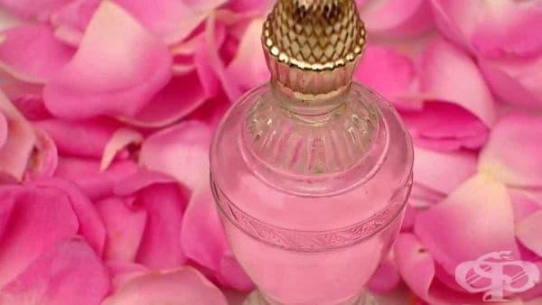 Направете си успокояващ спрей за след слънце с розова вода  - изображение