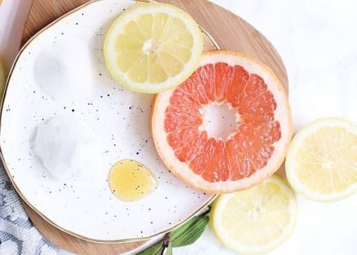 Направете си хидратиращ скраб за устни с аромат на грейпфрут - изображение