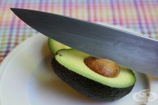 Махнете костилката на авокадото с помощта на нож - изображение