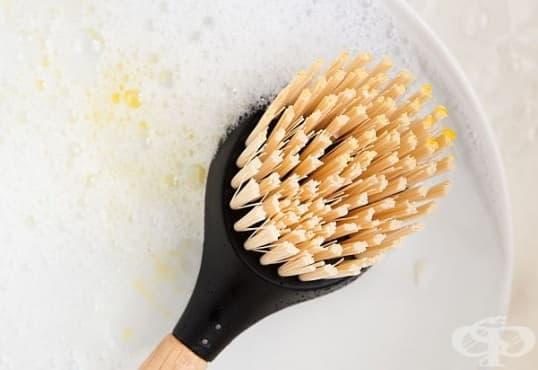Почистете четките за съдове с дестилиран бял оцет - изображение