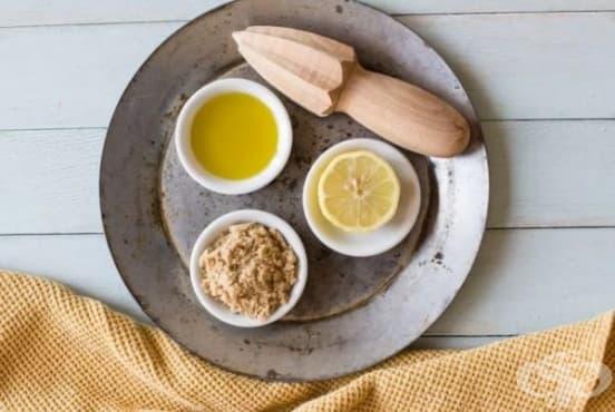 Направете си ексфолиант за крака от захар, лимонов сок, мед и зехтин - изображение