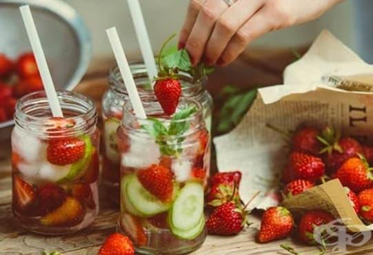 Направете си детоксикираща напитка от краставица, ягоди, розмарин и мента  - изображение