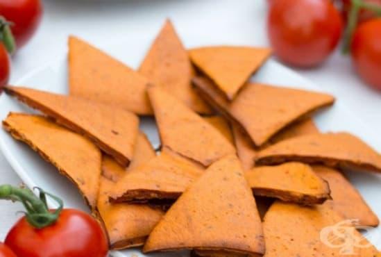 Направете си здравословен чипс от червена леща, домати и босилек   - изображение