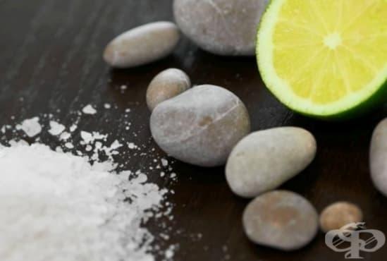 Направете си домашен ексфолиант от кокосово масло, сол и масла от лайм и мандарина - изображение