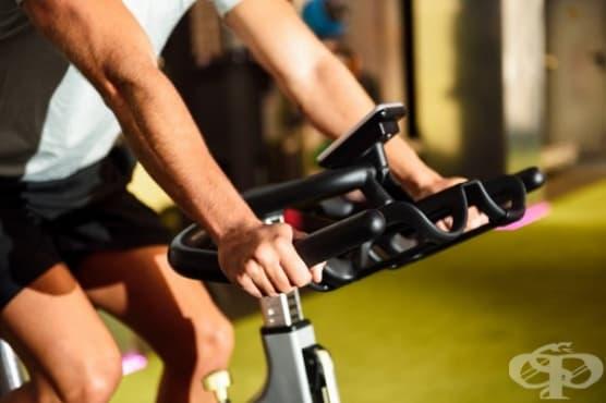 За да активизирате краката и сърцето си, въртете велоергометър - изображение