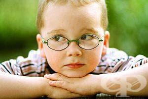 Ако детето гледа телевизия отблизо или присвива очи, има признаци на късогледство - изображение