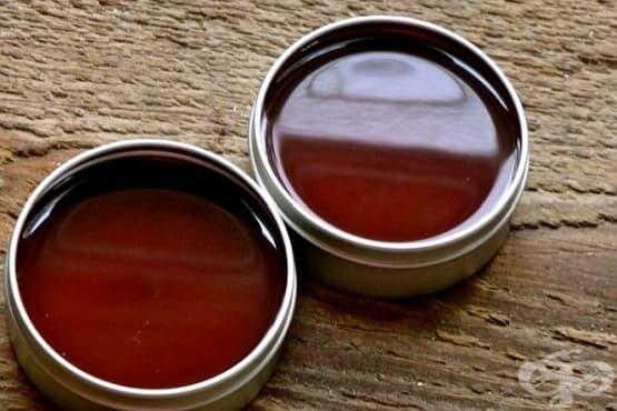 Направете си болкоуспокояващ мехлем от лют червен пипер, зехтин и пчелен восък - изображение