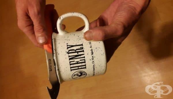Използвайте порцеланова чаша за кафе, за да наточите ножа    - изображение