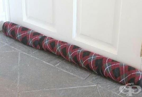 Защитете дома си от течение с помощта на чифт стари чорапи - изображение
