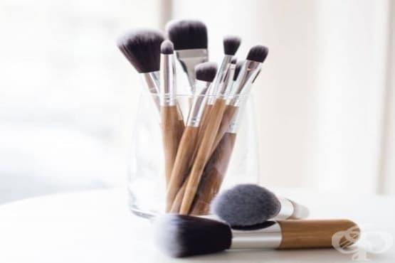 Почистете четките си за грим с домашен разтвор от водка, зехтин, кастилски сапун и чаено дърво - изображение