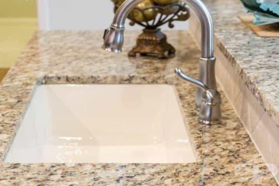 Почистете плотовете от гранит с домашно приготвен спрей от водка, етерични масла, вода и сапун - изображение