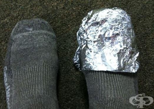 Затоплете студените крака с обикновено домакинско фолио - изображение