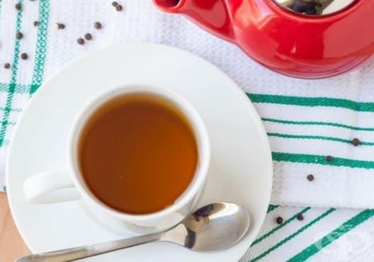 Консумирайте чай от мед и черен пипер срещу подуване и газове - изображение