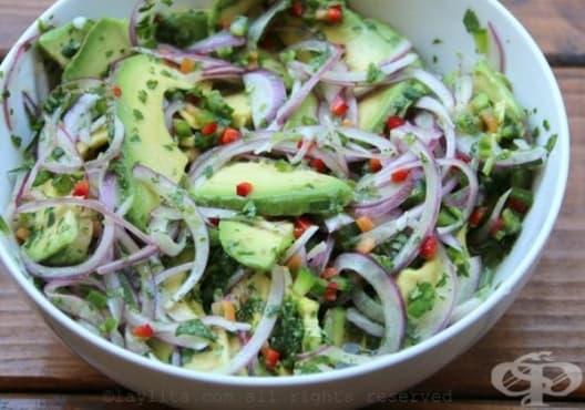 Консумирайте салата от лук, чесън и авокадо против глисти - изображение