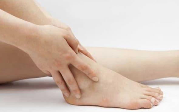 Използвайте масло от кипарис срещу подути крака - изображение